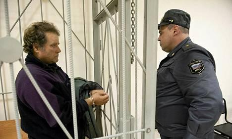 Osalle Venäjällä vangituista Greenpeace-aktivisteista on tulossa lisää syytteitä. Kuvassa Arctic Sunrise -aluksen kapteeni Peter Willcox oikeudessa Murmanskissa lokakuussa.