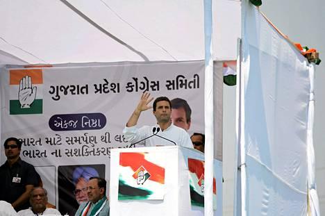 Intian kongressipuolueen keulakuva Rahul Gandhi kampanjoi Balasinorissa tiistaina.