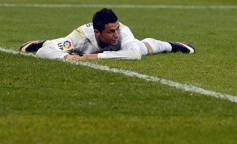 Cristiano Ronaldo teki Eibaria vastaan maalin, mutta tarkkaili peliä myös kentän pinnasta.