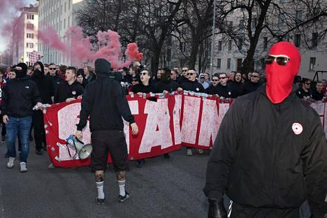 HIFK:n jalkapallojoukkueen kannattajia marssimassa Töölön jalkapallostadionille katsomaan veikkausliigan ottelua HJK:ta vastan.