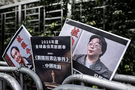 Kiinalaissyntyinen Ruotsin kansalainen Gui Minhai esiintyi kyltissä vuonna 2016 Hongkongissa, jossa hänen kirjakauppansa sijaitsi.