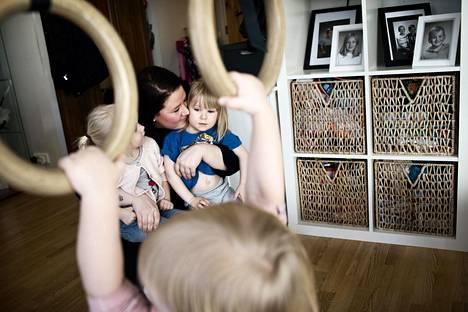 Myös Jenni Laaksosen äiti toimi aikoinaan perhepäivähoitajana. Taimi Rautio,3, ja Lumi Kiefer,3, seurasivat Laaksosen sylissä kuinka Venla Honkimaa, 2, temppuilee renkaissa.