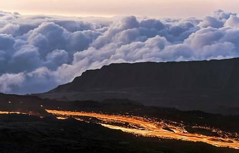 Sulaa laavaa virtasi Piton de la Fournaise -tulivuoresta ranskalaisella Réunionin saarella Intian valtamerellä tiistaina. Tulivuorenpurkaus, joka alkoi maanantaina, on jo neljäs tänä vuonna.