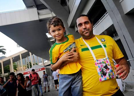 Fabiano Sacramento (oik.) kävi katsomassa pokaalia veljenpoikansa Guillermen kanssa.
