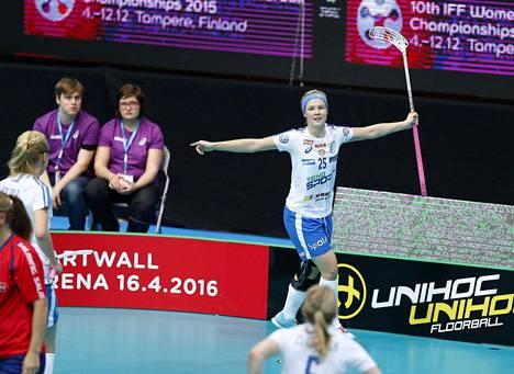 Näin Alisa Pöllänen tuuletti maaliaan.