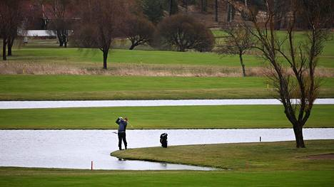 """Pickala Golfissa Siuntossa olivat auki kaikki 54 reikää, vaikka yleensä kenttiä halkovat tammikuussa ladut. Jani Manninen oli tullut pelaamaan, kun se kerran oli mahdollista. """"Mutta mieluummin kyllä olisin hiihtämässä tähän vuodenaikaan."""""""