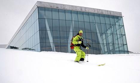 Kjetil Hugin laski torstaina suksilla Oslon oopperatalon katolla.