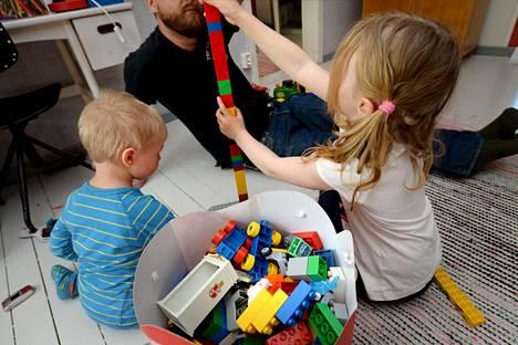 Suomessa nykyinen keskustavetoinen hallitus ei suunnittele leikkauksia kotihoidon tukeen.