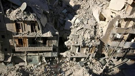 Paikalliset raivasivat pommitusten syyskuun lopussa Aleppon itäosissa.