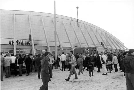 Katsojia odottamassa ottelun alkua talvella 1985.