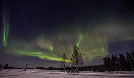 Komeat revontulet torstai-iltana Nurmeksessa Pohjois-Karjalassa. Kuva on lukijan ottama.