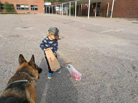 Kristina Rintala ja hänen lapsensa Toivo, 3, siivosivat viikonloppuna järvenpääläisen Mankalan koulun pihaa.