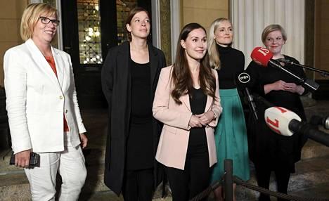 Hallituspuolueiden puheenjohtajat kertoivat budjettisovusta Säätytalon portailla tiistai-iltana. Vasemmalta oikeusministeri Anna-Maja Henriksson (r), opetusministeri Li Andersson (vas), pääministeri Sanna Marin (sd), sisäministeri Maria Ohisalo (vihr) ja tiede- ja kulttuuriministeri Annika Saarikko (kesk).
