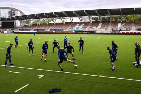 HJK:n pelaajat tekivät harjoituksissa rondo-harjoitusta ennen koko kentän peliä.