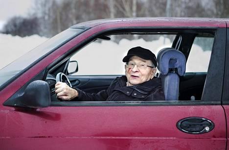 Ilomantsilainen Veikko Määttänen, 99, autoilee joka päivä. Hän käy autollaan muun muassa syömässä päivittäisen lounaan.
