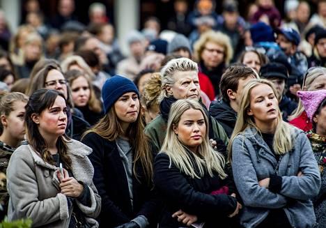 Seksuaalisen häirinnän, kaltoinkohtelun ja väkivallan vastainen #metoo-mielenosoitus järjestettiin Sergelin torilla Tukholmassa 22. lokakuuta.