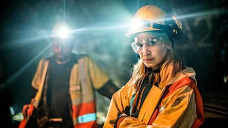 Kuvitteelliselle ruotsalaiselle kaivospaikkakunnalle sijoittuva White Wall kuvattiin Pyhäsalmen kaivoksessa Pohjois-Pohjanmaalla. Sarjan pääosissa ovat Aksel Hennie ja Vera Vitali.