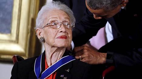 Katherine Johnson sai presidentti Barack Obamalta kunniamerkin vuonna 2015.