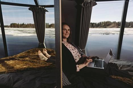 Alexandra Paulomo kokee etätyöskentelyn iglussa inspiroivana. Aherruksen lomassa katse harhautuu järveen, auringonpaisteeseen ja tuulen lennättämiin lehtiin.