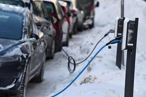 Sähköautoja latauksessa Runeberginkadulla Helsingissä 15. tammikuuta 2021.