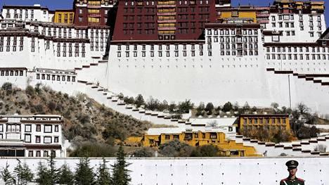 Poliisi seisoi Potalan palatsin edustalla Lhasassa Tiibetissä. Kuva vuodelta 2015.