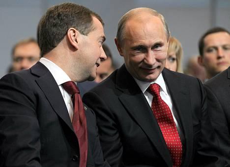 Venäjän pääministeri Dmitri Medvedev keskusteli presidentti Vladimir Putinin kanssa Yhtenäinen Venäjä -puolueen kokouksessa Moskovassa lauantaina.