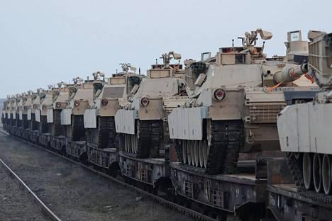 Yhdysvaltain armeijan M1 Abrams -panssarivaunuja Romaniassa 14. helmikuuta.