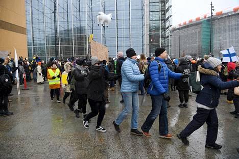 Jotkut mielenosoittajat ryhmittäytyivät jonoiksi.