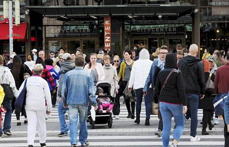 Keskituloisten määrä on vähentynyt Suomessa merkittävästi 20 vuodessa. Kuvassa ihmisiä suojatiellä Citycenterin kauppakeskuksen edustalla Helsingissä syyskuussa 2018.