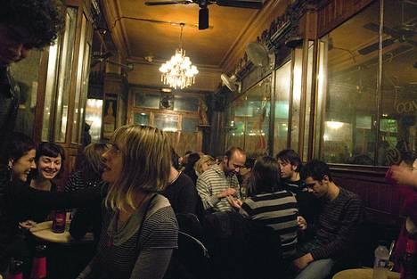 Espanjalaiset ovat yökukkien mestareita. Tässä vietetään iltaa Ravalissa Barcelonassa.