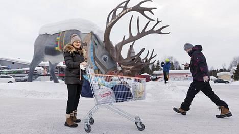 Helsinkiläinen Katriina Palmroth-Ramm-Schmidt täydensi ruokavarastoaan Jouninkaupasta Äkäslompolossa.