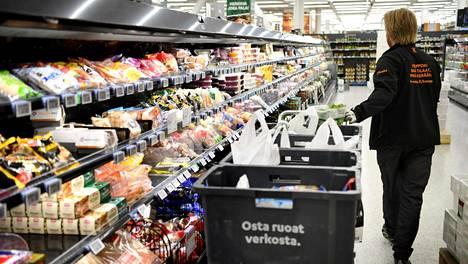 K-Citymarketin työntekijä keräsi ruokatilauksia kauppakeskus Iso Omenan K-Citymarketissa Espoossa huhtikuussa 2020.