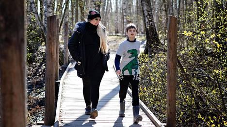 Viidesluokkalainen Viktor Tarrier-Kiiveri on keräämässä peliaikaa kävelyllä äitinsä Hanne Kiiverin kanssa Vanhankaupunginlahden suojelualueella. Viktor sanoo, että hänestä olisi parempi, että koulu aukeaisi taas, koska tunnit koulussa menevät nopeammin ja opettaja on parempi.