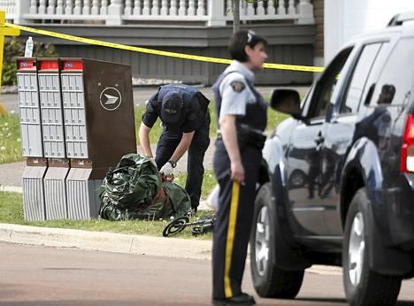 Poliisit eristivät naapuruston etsiessään ampujaksi epäiltyä Monctonin kaupungissa Kanadassa perjantaina.