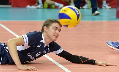 Passari Eemi Tervaportti ei onnistunut nostamaan palloa lattian pinnasta.