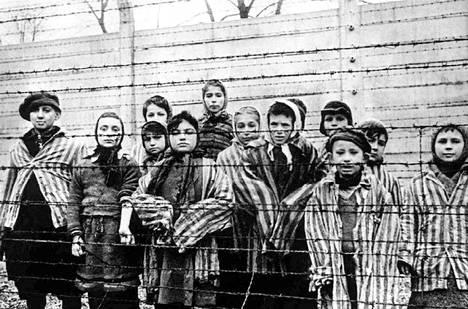 Lapsia odottamassa vapautumista Auschwitzin keskitysleiriltä vuonna1945.