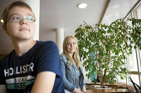 Elämänkatsomustietoa opiskelevan Mitja Sainion, 14, mielestä on mielenkiintoista tutustua uskonnon opetuksen sisältöihin. Evankelisluterilaisen uskonnon opetukseen osallistuva Minja Tornivuori, 14, odottaa yhteisiltä opinnoilta ajatustenvaihtoa toisten oppilaiden kanssa.