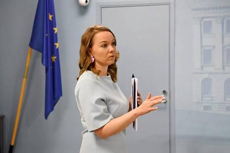Valtiovarainministeri Katri Kulmuni (kesk) ennen hallituksen tiedotustilaisuuden alkua tiistaina.