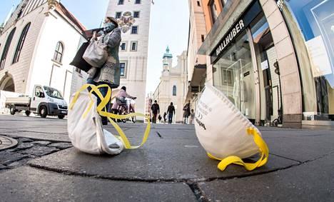 Käytettyjä kasvomaskeja lojui kadulla Münchenissä 1. huhtikuuta.