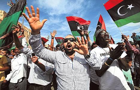 Libyalaiset juhlivat Tripolissa kuultuaan Muammar Gaddafin kuolemasta.