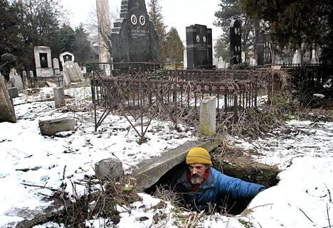 Bratislav Jovanovic, 43, asuu talviaikaan haudassa Nisin hautausmaalla.