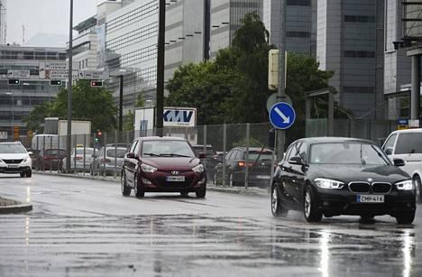 Helsingissä oli tiistaina sateista. Kuva on Porkkalankadulta.