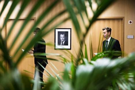 Valtiokonttorin rahoitustoimialan johtaja Teppo Koivisto johtaa valtion velanottoa. Vasemmalla apulaisjohtaja Anu Sammallahti.