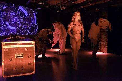 Eeva Putro tulkitsee tarkasti Kaunis nainen- esityksen ihmisiä palvelemaan alistettua seksirobottia.