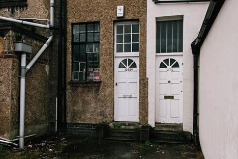 Miehen kotitalolla Norburyssa Etelä-Lontoossa kukaan ei avannut maanantaina iltapäivällä ovea koputuksista huolimatta.