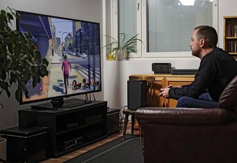 Peleihin erikoistunut toimittaja Johannes Valkola testasi Microsoftin uutta pelikonsolia kotonaan.