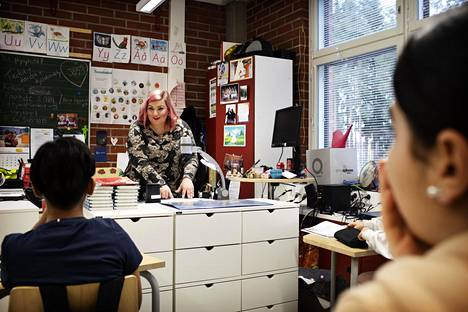 Teacher Johanna Lehtinen holds a regular class.  Now the tasks are solved, but after them the novel can be taken out.