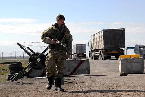 Ukrainalaissotilas vahdissa Krimin rajalla Salkovon kylän kohdalla.