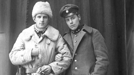 """Viron sotaan osallistuneet Ekströmin vapaajoukon tiedusteluosaston eli """"spanaarien"""" päällikkö ratsumestari Erkki Varmavuori (vas.) ja varapäällikkö luutnantti Karl Nygård"""
