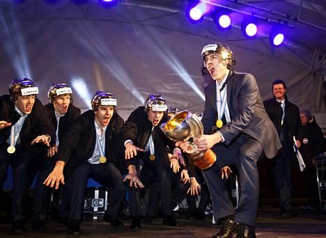 Kapteeni Teuvo Teräväinen johdatti Suomen nuoret maailmanmestaruuteen, jota juhlittiin Helsingin Jääpuistossa maanantaina.